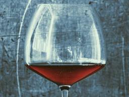酒杯与煎锅的故事:17道葡萄酒菜肴
