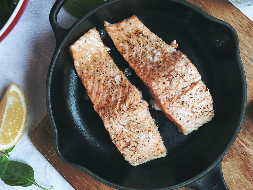 Perfekt zubereiteter Lachs in 2 einfachen Schritten