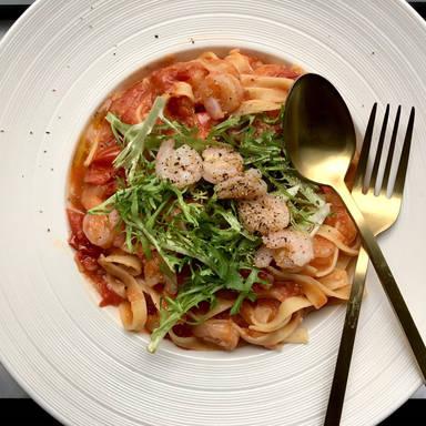 Macaroni with shrimp, tomato, and nectarine