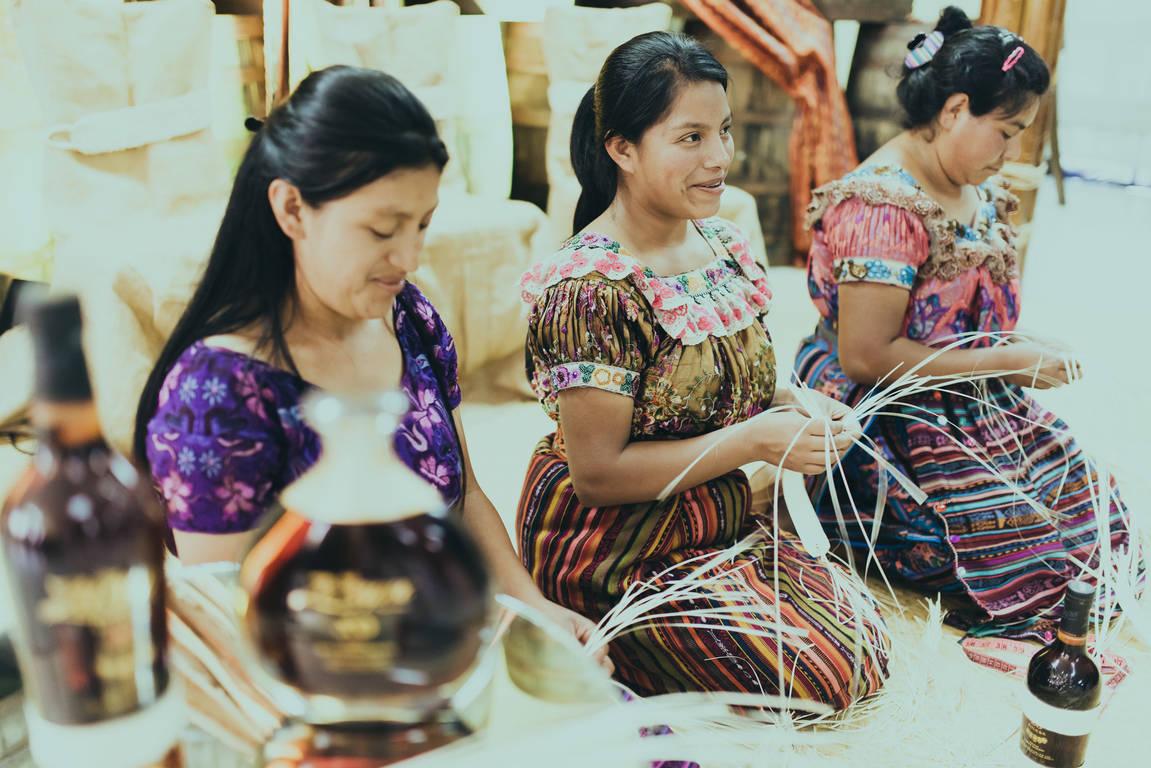 当地艺术家制作萨凯帕朗姆酒特有的草编装饰品