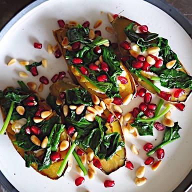 Gebackene Süßkartoffeln mit Spinat und Pinienkernen