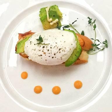 Pochierte Eier auf Avocado-Toast