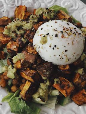 Süßkartoffel- Kichererbsen Salat mit Ei und Avocado