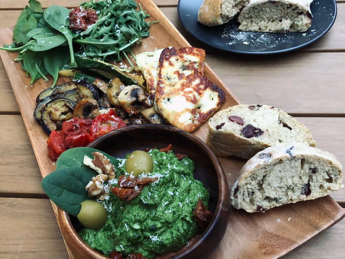 Antipasti Platte mit Spinat-Pesto & Oliven-Ciabatta