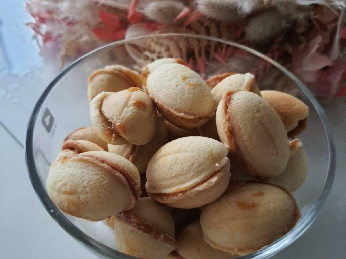 Oreschki ( Kekse mit Karamell -Milchmädchenfüllung )