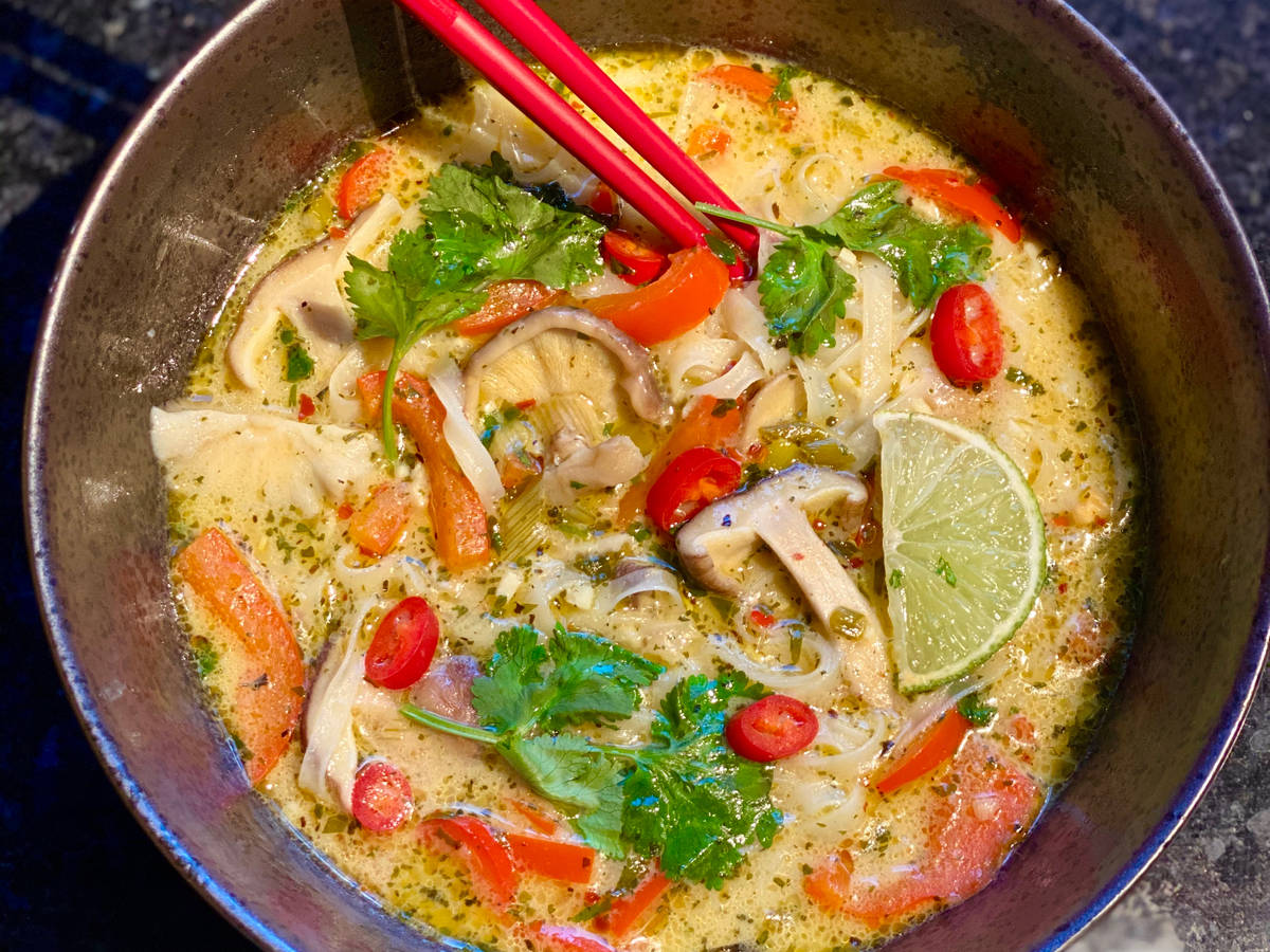 Green Thai curry soup with rice noodles