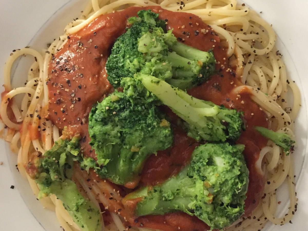 Spaghetti mit Tomatensoße und Brokkoli