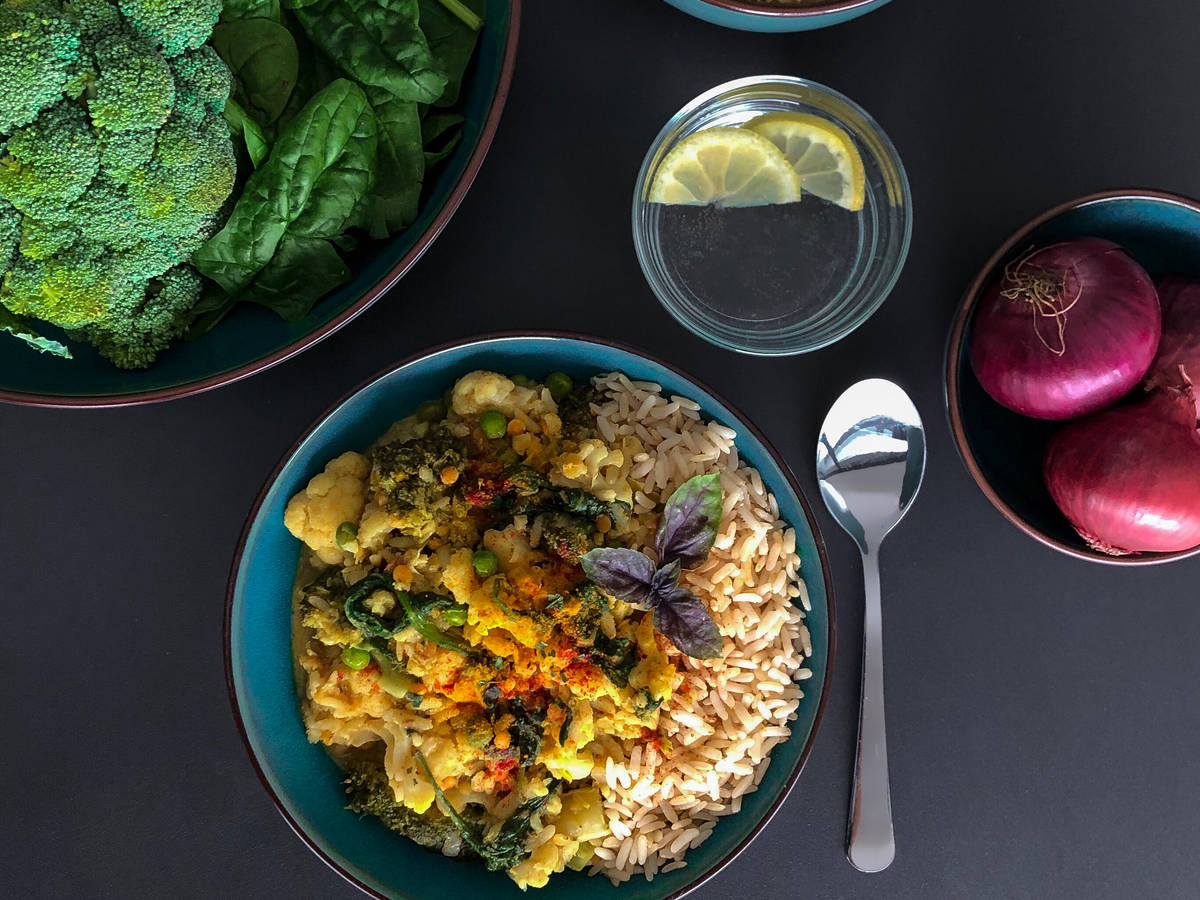 Cremiges Kokosmilch-Blumenkohl-Curry mit roten Linsen