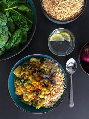 Cremiges Kokosmilch Blumenkohl-Curry mit roten Linsen
