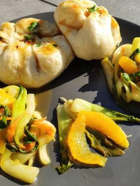 Bahn Bao mit Orangen-Pak-Choi-Salat