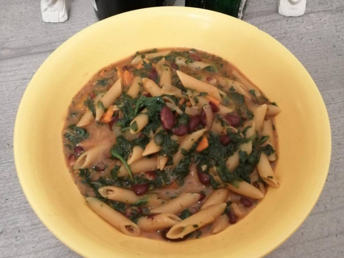 One-Pot-Pasta (mit Spinat, Kidneybohnen und Käsesauce)