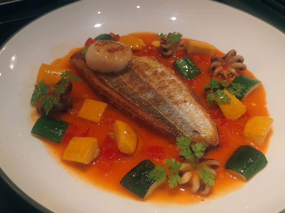 香煎金线鱼配普罗旺斯风味蔬菜和红椒酱汁