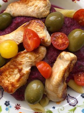 Nudeln mit gesunder Gemüsesoße und Hähnchen