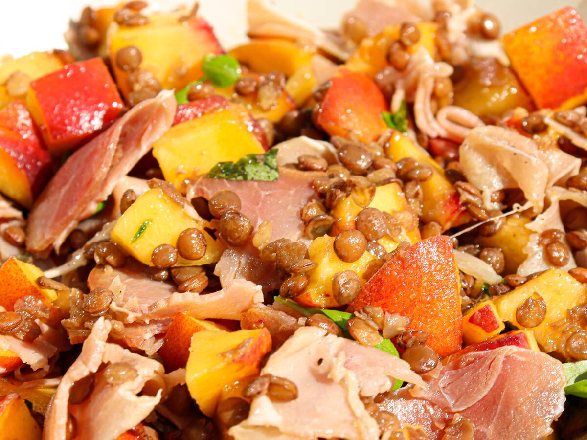 Pfirsich-Linsensalat mit Schinken
