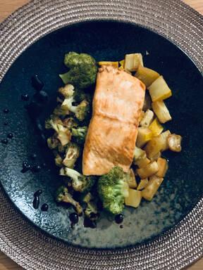 Teriyaki-Lachs mit Brokkoli und Zucchini