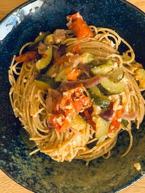 Einfache Spaghetti mit Feta-Tomate-Zucchini (Tik Tok)