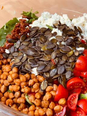 Mediterraner Salat mit Kichererbsen