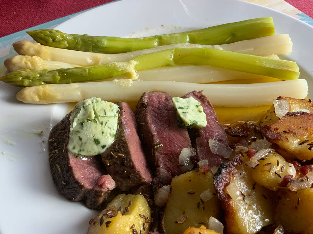 Spargel klassisch, Rehfilet mit Bratkartoffeln