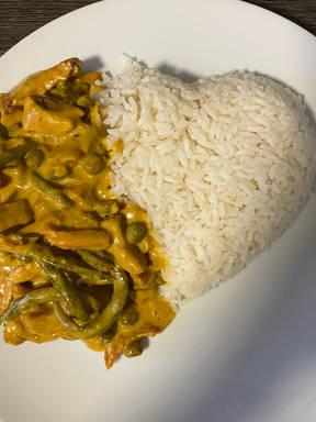 Geschnitzeltes mit Gemüse in Curry Soße
