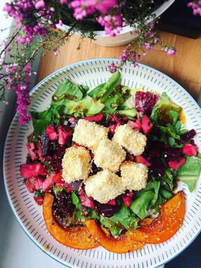 Herbstliche Gemüsebowl mit karamellisiertem Sesam-Feta