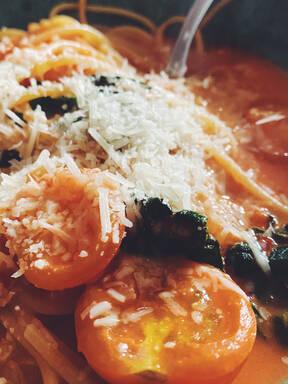 Black cabbage tomato pasta