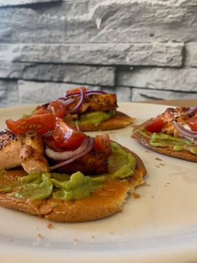 Low Carb Guacamole Lachs Brötchen (Burger)
