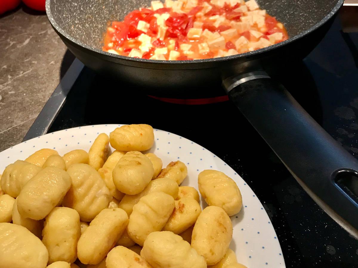 Gnocchi mit Tomaten Feta Soße verfeinert mit Rucola