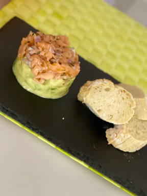 Lachstatar mit Kartoffel-Avocado-Gurkensalat