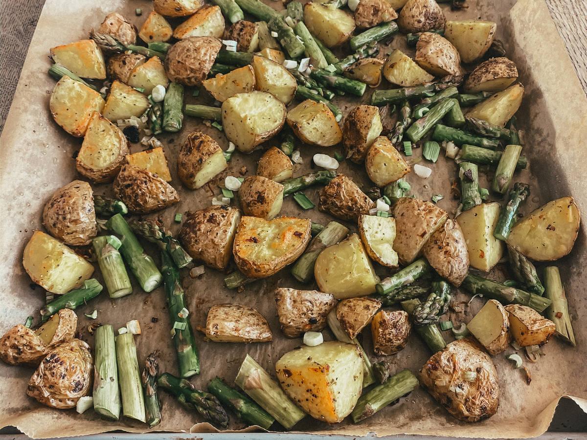 Spargel mit Kartoffeln vom Blech