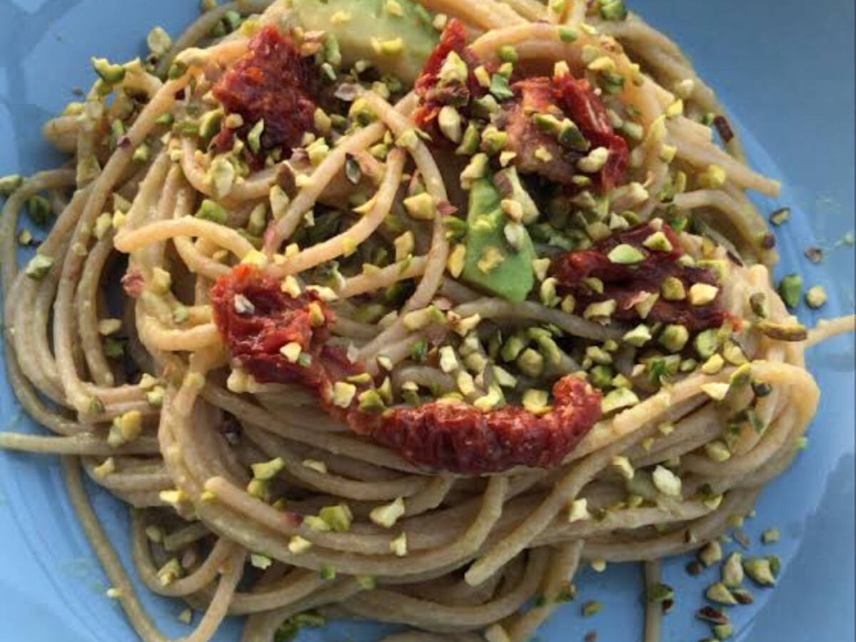 Wholemeal spaghetti with avocado cream and tomatoes