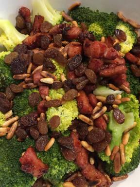 Easy and tasteful broccoli bacon salad