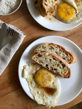 Fried eggs with sherry vinegar