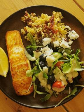 Lachs mit Tomatenbulgur und Salat