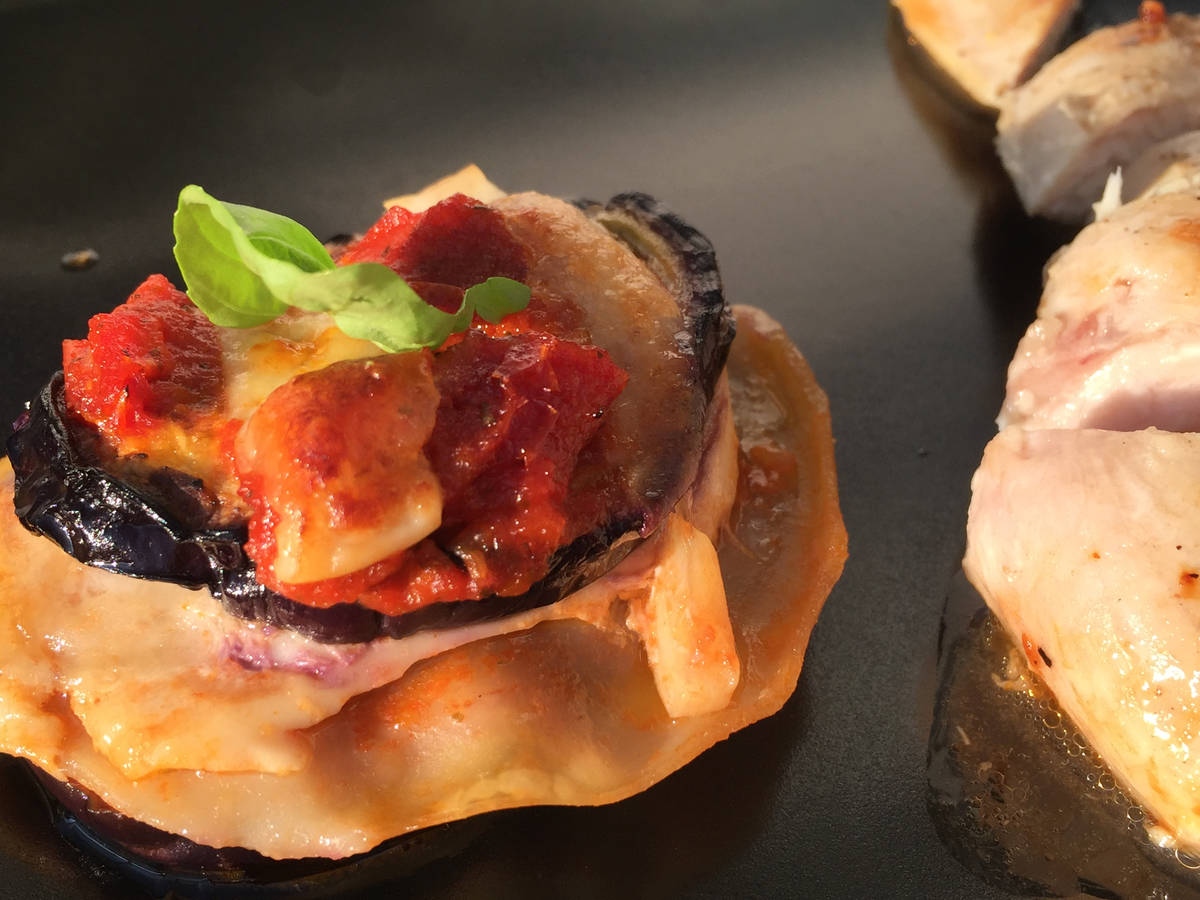 Parmigiana-Lasagne Türmchen mit geräuchertem Mozzarella