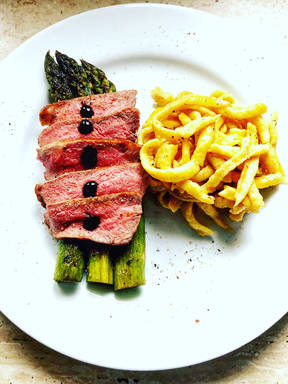 Steak with spätzle and asparagus