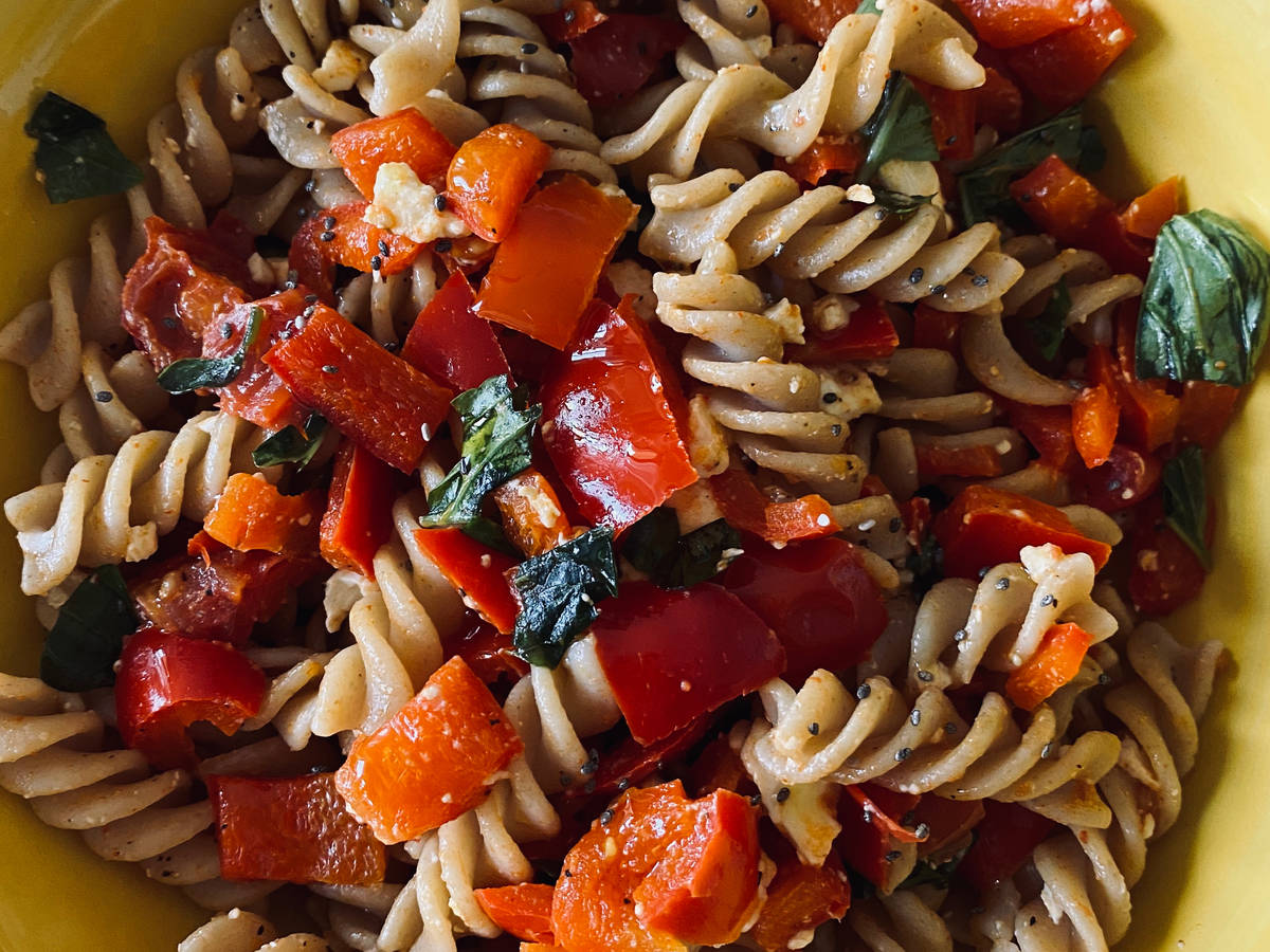 Healthy fusilli with bell peppers and feta