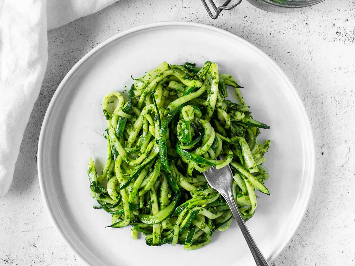 Zucchini-Spaghetti mit Bärlauch-Pistazien-Pesto