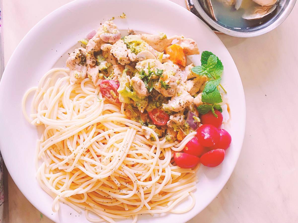 蘑菇花椰菜鸡胸肉蛤蜊奶油意大利面