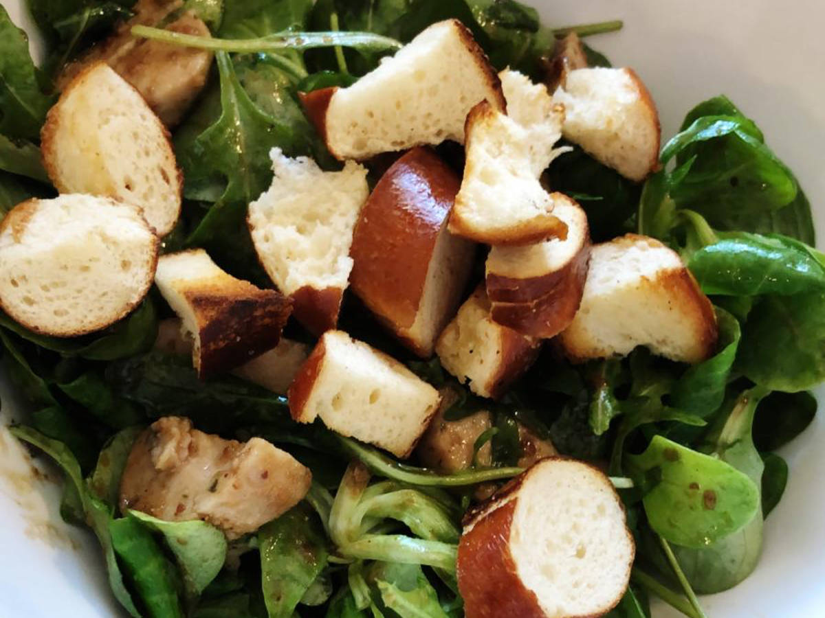 Weißwurst-Brezel-Salat