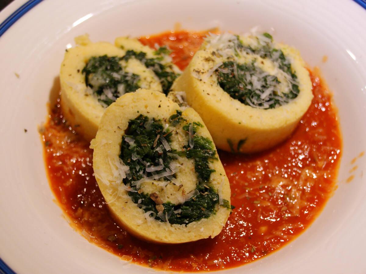 Spinatrollen aus Südtirol mit Tomatensauce