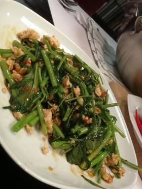 Phád Pàg-Bûng (gebratener Wasserspinat mit Huhn)