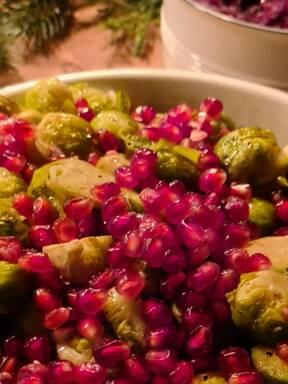 Gerösteter Rosenkohl mit Granatapfel und Balsamico