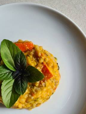 Kürbisrisotto mit Erbsen, Basilikum und Parmesan