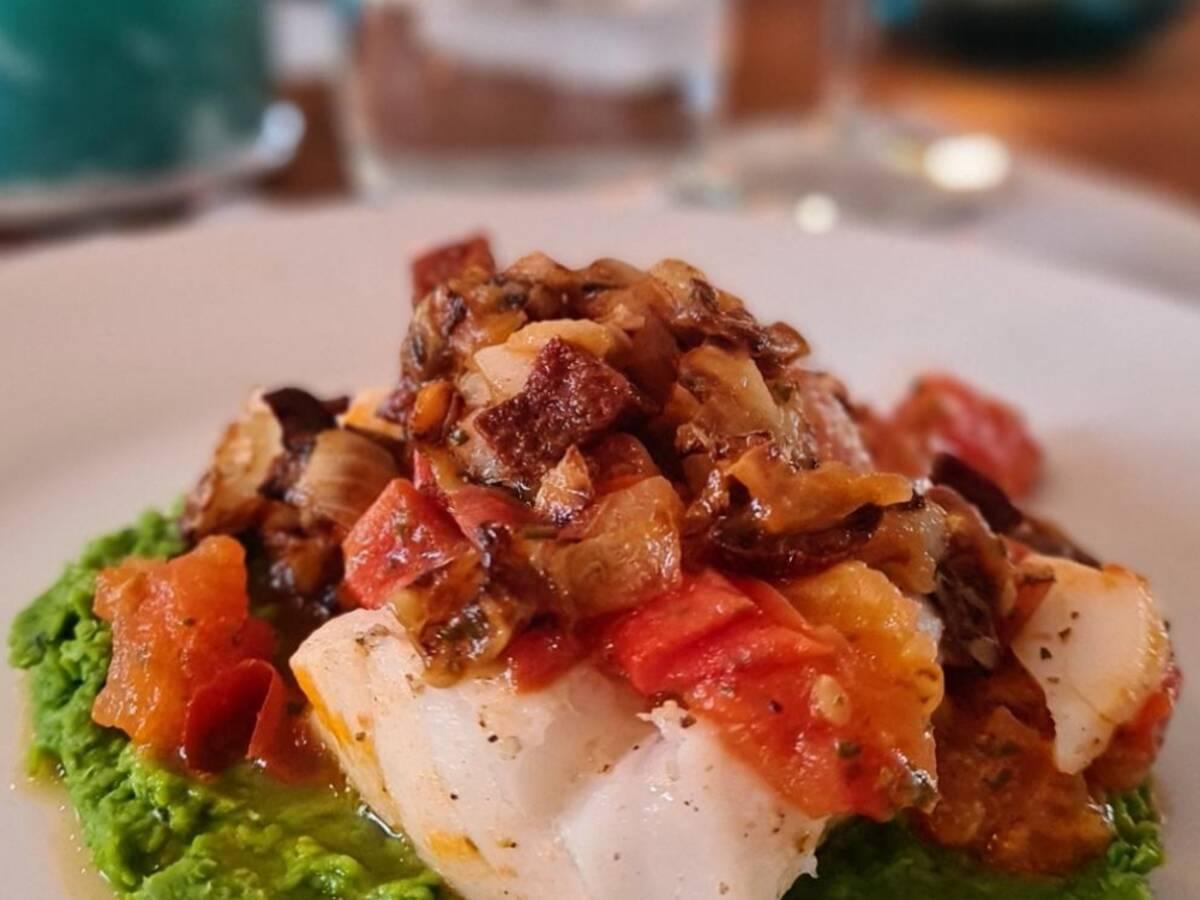 Kabeljau mit Chorizo und Tomaten auf Erbsen-Minz-Püree