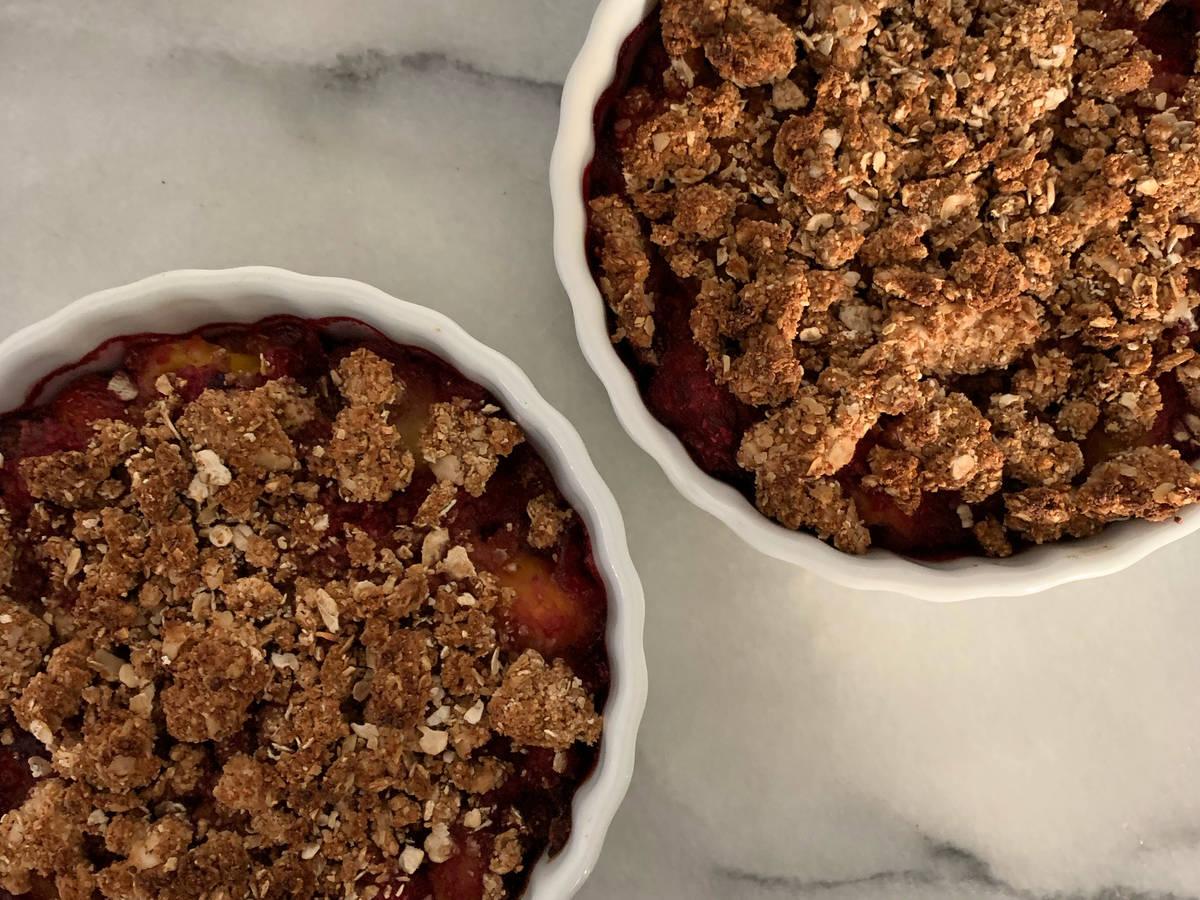gesundes&veganes Pfirsich-Beeren Crumble