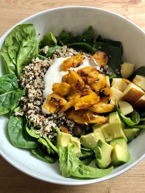 Quinoa-Spinat-Bowl mit vegetarischem Hähnchen