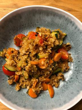 Gebratener Reis mit Zucchini, Karotten und Tomaten