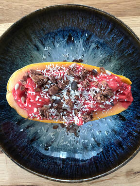 Gefüllte Papaya Smoothie-Bowl