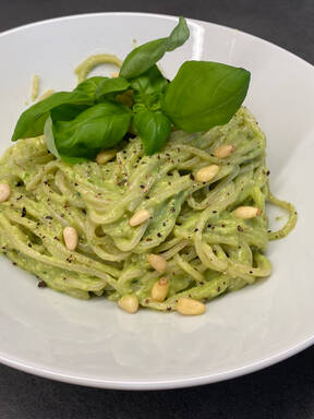 Nudeln mit Avocado-Pesto