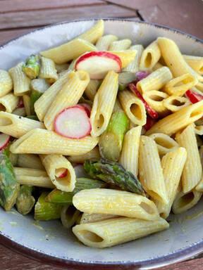 Veganer Nudelsalat mit grünem Spargel